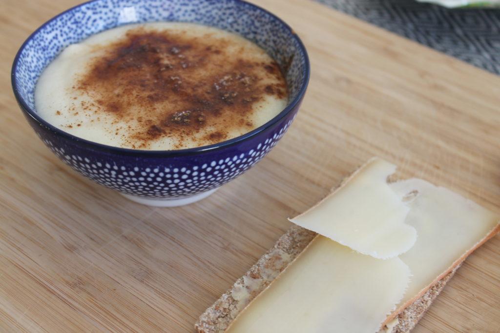 Porridge de semoule de blé servi avec une biscotte en petit déjeuner.